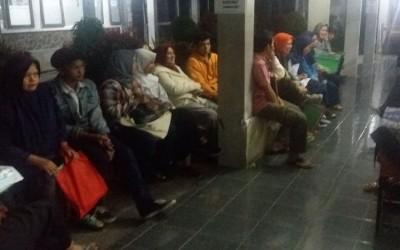 Membeludak, Antrean Pendaftar PPDB di SMAN 9 Bandung Berlangsung hingga Malam